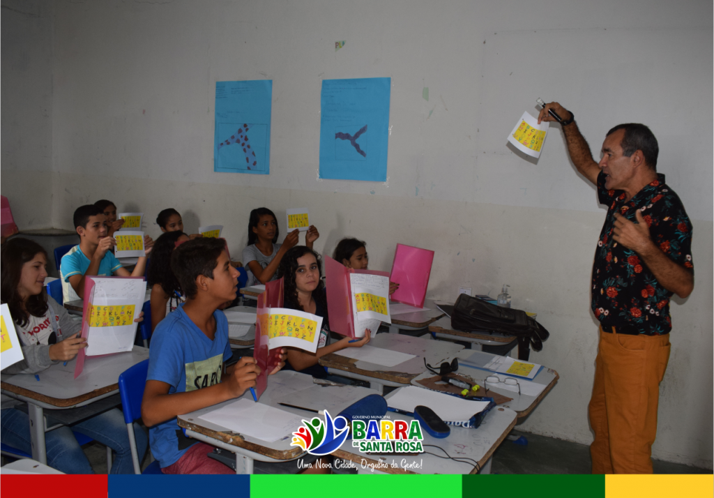 Professor leciona aulas de inglês gratuitamente uma vez por semana, para crianças da rede municipal de ensino