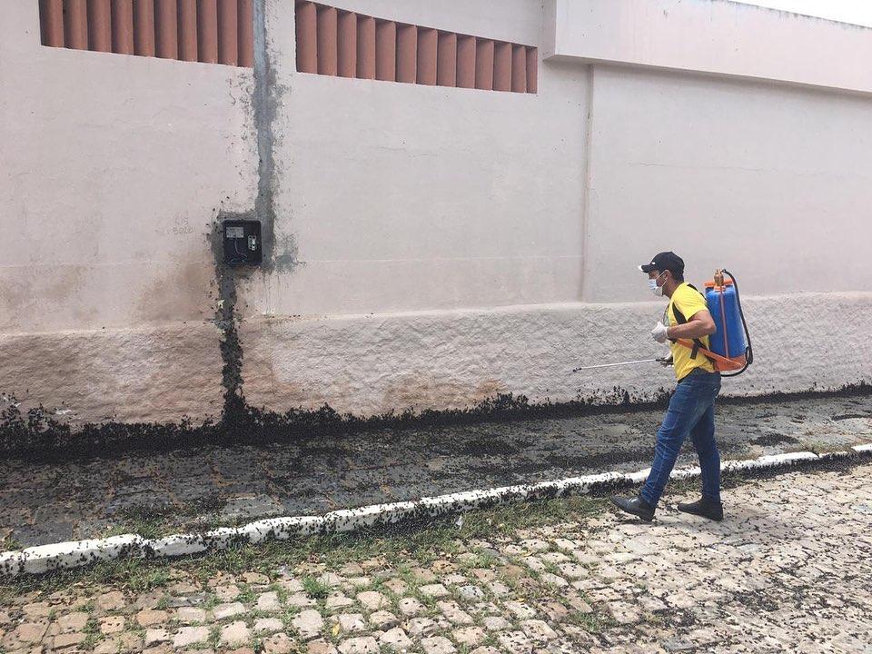 Secretaria de Saúde realiza dedetização nas ruas da cidade em decorrência da infestação de carochas