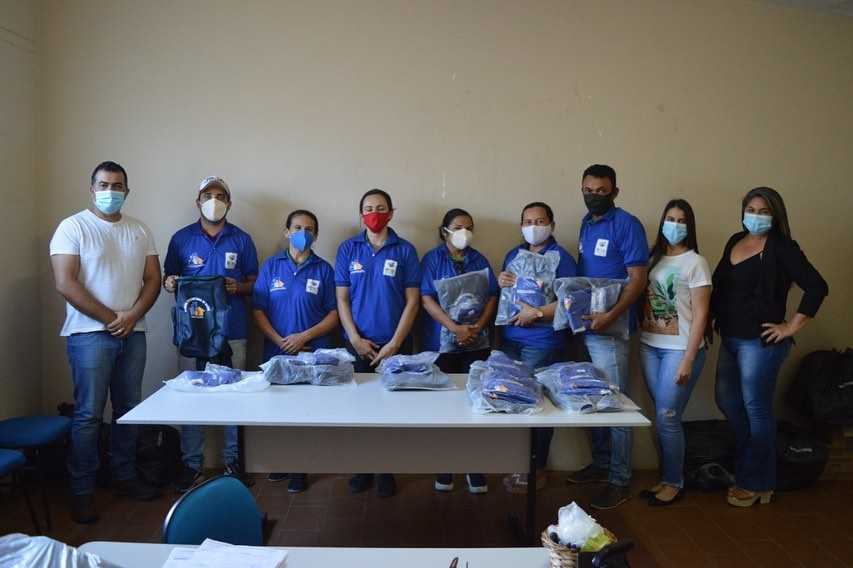 Prefeito e Secretária de Saúde realizam entrega de fardamentos e mochilas novas para os ACSs do Nossa Senhora