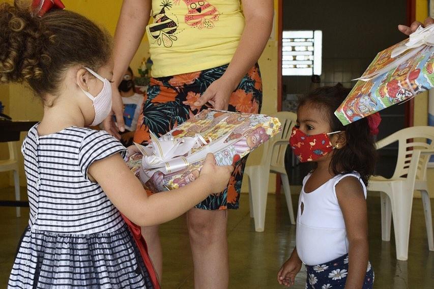 Secretaria de Assistência Social continua a entrega dos presentes para as crianças inscritas no programa Criança Feliz.
